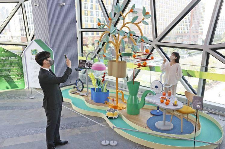 갤러리아 광교에서 진행 중인 디자인 스튜디오 '길종상가'의 친환경 전시 팝업.
