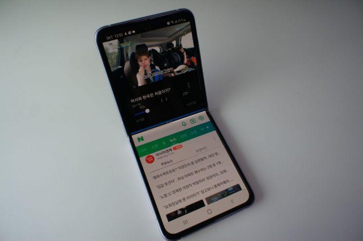 갤럭시 Z플립3. 화면을 분할해 OTT를 보면서 동시에 포털 뉴스를 읽을 수 있다.