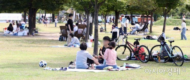 코로나19 신규 확진자가 2771명 발생한 26일 서울 여의도 한강공원을 찾은 시민들이 휴일을 보내고 있다./강진형 기자aymsdream@