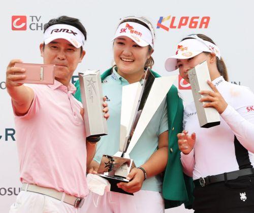 가수 임창정(왼쪽)이 엘크루-TV조선 프로 셀러브리티 '팀 우승' 합작 직후 유해란, 김지영2와 함께 셀카를 찍고 있다. 사진제공=KLPGA