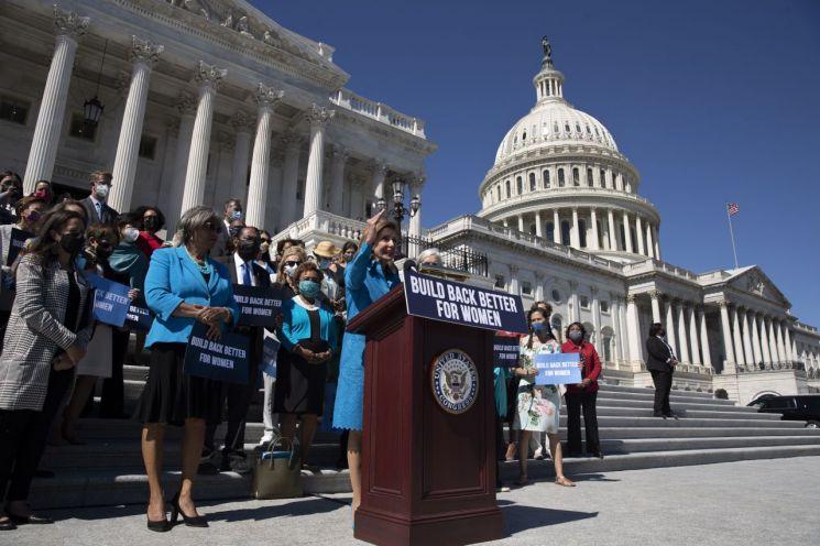낸시 펠로시 미 하원의장이 의회 앞에서 연설하고 있다. [이미지출처=EPA연합뉴스]