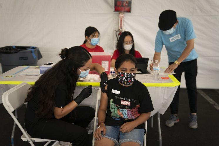 지난 28일(현지시간) 미국 캘리포니아에서 13세 소녀가 화이자 코로나19 백신을 접종받고 있다. [이미지출처=AP연합뉴스]
