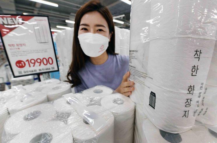 홈플러스가 상품 구매만으로 친환경 활동에 동참할 수 있는 착한 소비 상품으로 '착한 화장지'를 출시했다.