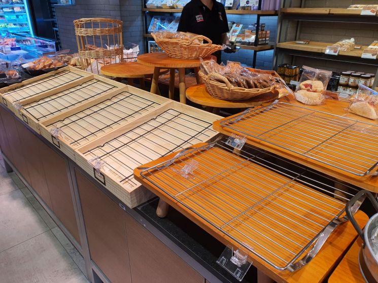 26일 오후 서울 동대문구의 한 파리바게뜨 매장. 빵으로 채워져 있어야 할 선반 대부분이 비어있다.