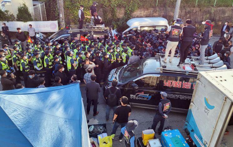 24일 민주노총 화물연대 조합원들이 SPC삼립 청주공장 앞에서 농성을 벌이고 있다. (사진=연합뉴스)