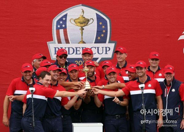 미국 선수들이 43회 라이더컵 우승 직후 트로피와 함께 기념 촬영을 하고 있다. 헤이븐(미국)=Getty images/멀티비츠