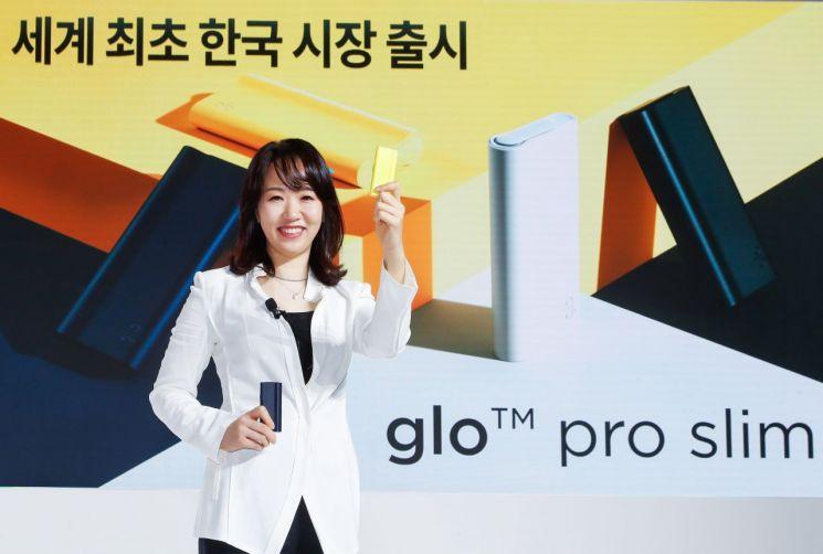 김은지 BAT로스만스 대표이사가 27일 '글로 프로 슬림 출시 미디어 간담회'에서 궐련형 전자담배 신제품 '글로 프로 슬림'을 선보이고 있다.