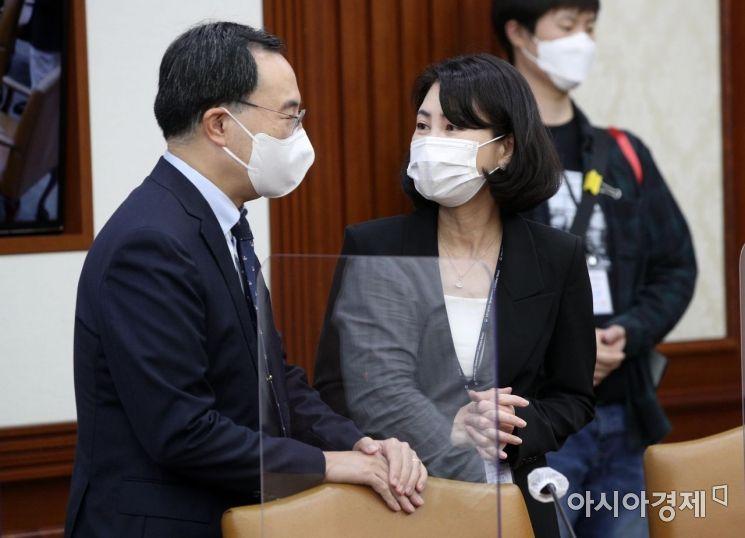 [포토] 대화하는 문승욱 장관과 남영숙 경제보좌관