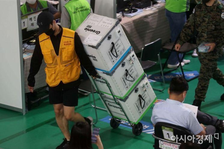 코로나19 확산세가 이어지고 있는 27일 서울 서대문구 북아현문화체육센터에 마련된 예방접종센터에서 관계자가 화이자 백신을 옮기고 있다. /문호남 기자 munonam@