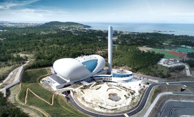제주환경자원순환센터 전경. 쓰레기 소각과정에서 발생하는 유해가스를 최소화하고 열을 회수해 지역난방 또는 발전에 재사용하는 친환경 시설이다. (제공=GS건설)