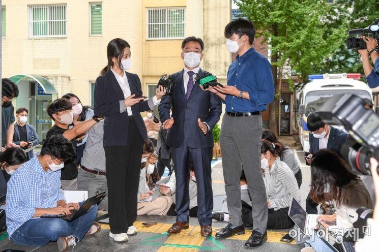 [포토]취재진 질문 받는 김만배 화천대유 대주주
