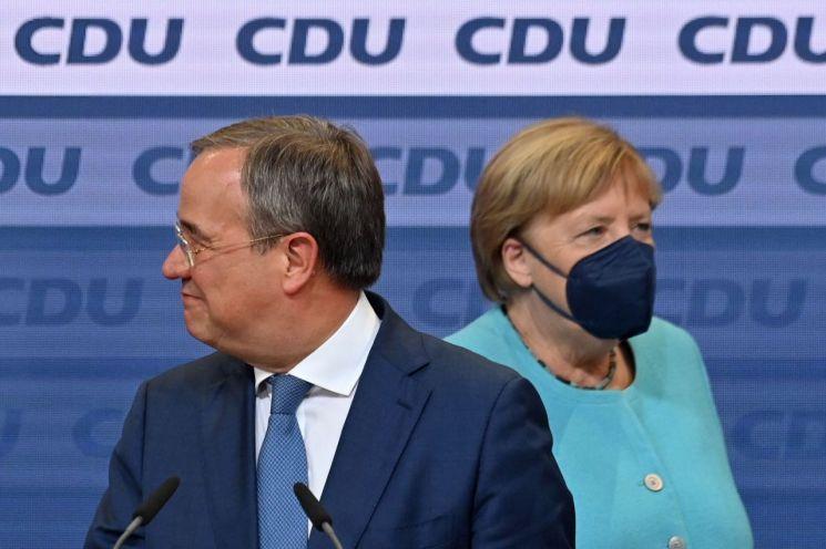 아르민 라셰트(왼쪽) 독일 기독민주당(CDU)·기독사회당(CSU) 연합 총리 후보와 앙겔라 메르켈 독일 총리가 출구조사 결과 발표 후 베를린 기민당 당사에 나란히 도착하고 있다. 베를린(독일)=AFP·연합뉴스