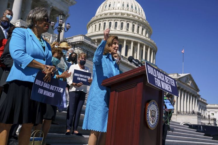 낸시 펠로시 미 하원 의장이 미 의회 앞에서 발언하고 있다. [이미지출처=AP연합뉴스]