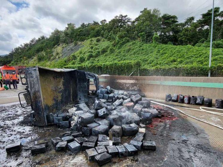 27일 낮 12시 3분께 부산 기장군 장안읍 장안IC 100m 지점에서 1톤 화물차가 전복되면서 불붙는 사고가 발생했다. 트럭에 실린 페인트에서 불이 나면서 30대 운전자가 숨졌다. [이미지출처=부산경찰청]