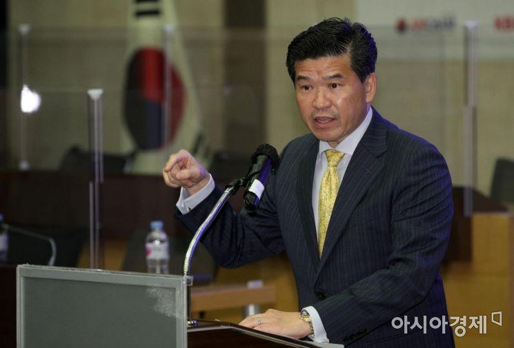 [포토] 인사말 하는 제임스 김 암참 회장