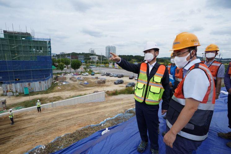 한국철도 정왕국 사장직무대행(왼쪽 첫 번째)이 27일 경강선 이천역 수해피해 복구현장을 점검하고 있다. 한국철도 제공