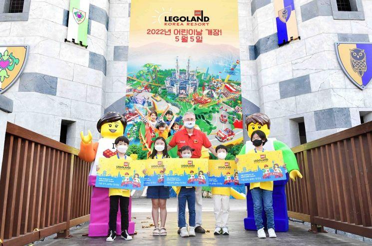 김영필 레고랜드 코리아 리조트 사장(뒷줄 가운데)과 키즈 리포터들이 내년 어린이날 개장을 알리며 사진 촬영을 하고 있다.