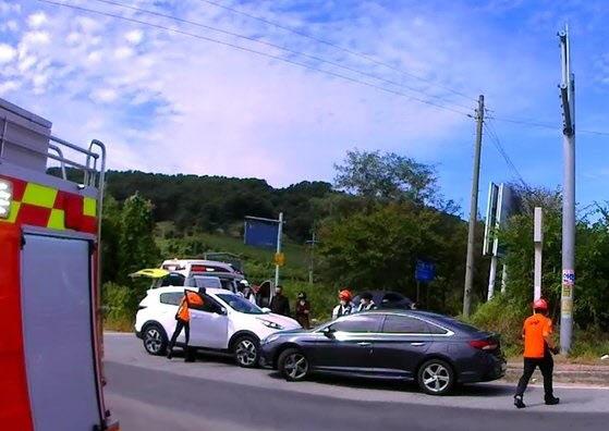 지난 26일 차 안에서 운전자가 쓰러져 스스로 굴러 내려오던 차량을 막아낸 신고자가 그 공헌을 인정받아 표창장을 받는다. /사진=충남소방본부 제공