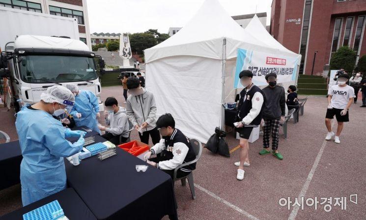 [포토]코로나19 신속PCR 검사 받는 학생들