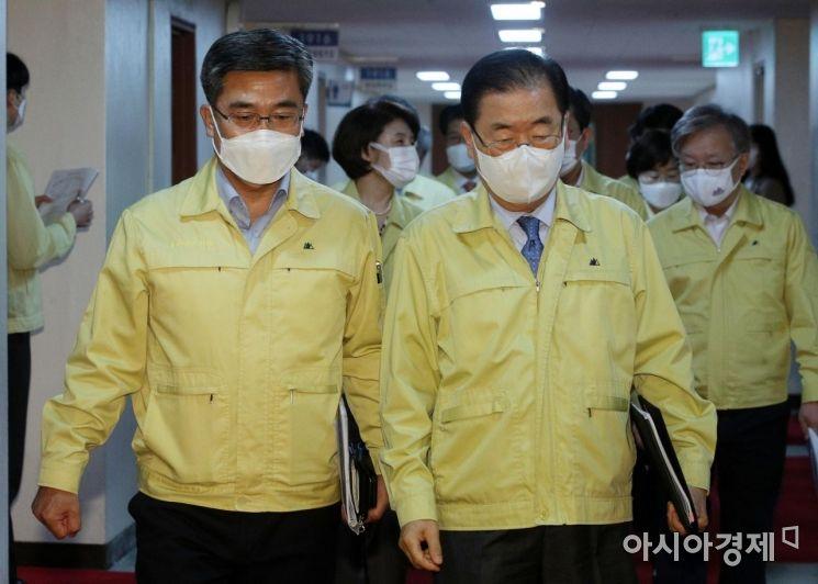 [포토] 국무회의장 들어서는 서욱-정의용 장관