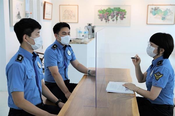 목포해경이 소속 경찰관들을 대상으로 인사 고충 상담을 하며 '인사 현장 상담방'을 운영하고 있다. ⓒ 아시아경제