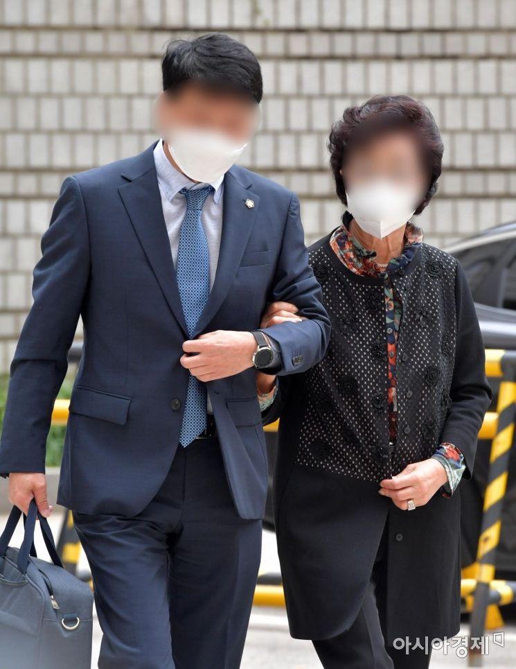 [포토] 보석 후 2심 첫 공판 출석하는 윤석열 장모