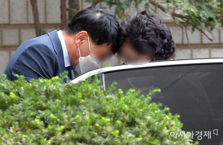 [포토] 법원 도착한 尹장모 최모씨