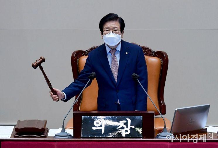 박병석 국회의장이 28일 국회에서 열린 본회의를 주재하고 있다./윤동주 기자 doso7@