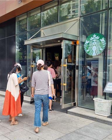 28일 서울시내 한 스타벅스 매장이 고객들로 붐비고 있다. 사진=문혜원 기자