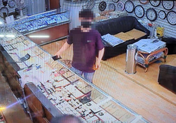 복제한 신용카드로 금은방에서 귀금속을 구입하는 피의자. [이미지출처=부산경찰청]