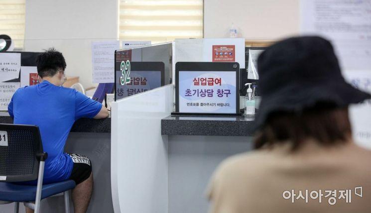 [포토]코로나19 유행 장기화, 실업급여 상담 창구 찾은 수급 희망자들