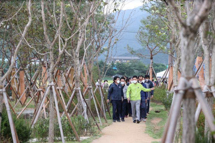 이강덕 포항시장 등 공무원들이 마무리 단계인 대송면 미세먼지 차단숲 조성 현장을 둘러보고 있다.