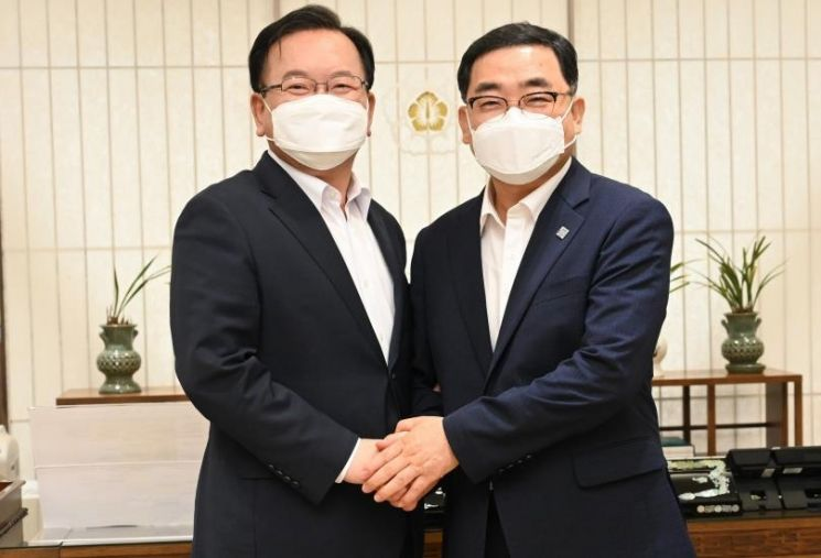 김부겸 국무총리(왼쪽) 만난 허성무 창원시장.