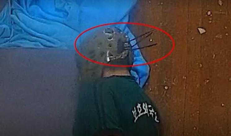 28일 경기 화성외국인보호소에 격리된 모로코 국적의 30대 난민신청자가 새우꺾기 자세로 고문을 당했다는 주장이 제기됐다./사진=MBC 보도 캡처