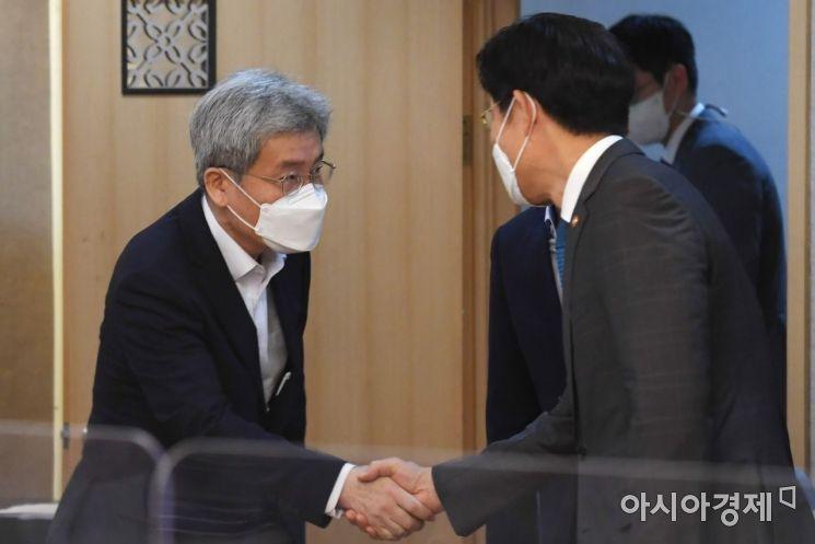 [포토] 노형욱 장관과 인사하는 고승범 위원장