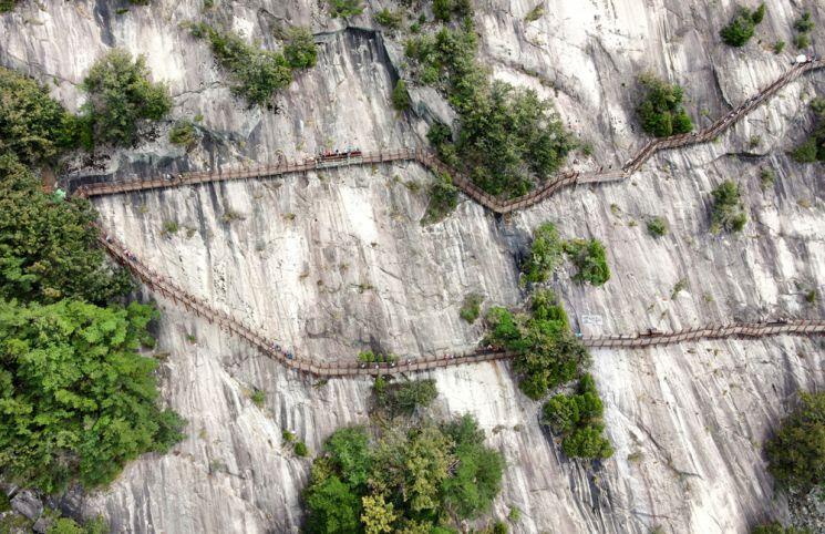 섬진강변을 끼고 있는 용궐산의 거대한 급경사 노출 암벽에다 500여m 나무 덱을 깔아 '용궐산 하늘길'이라 이름 붙혔다. 하늘길을 따라 오르면 굽이치는 섬진강과 황금들녘이 광활하게 펼쳐진다.