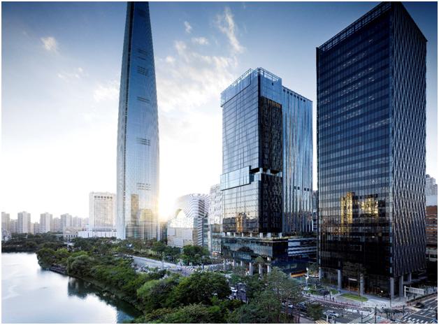 소피텔 앰배서더 서울 호텔&서비스드 레지던스(가운데).