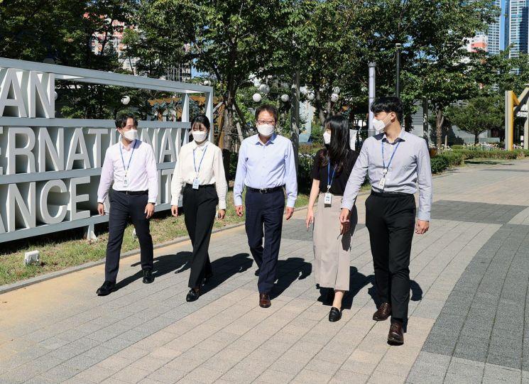 신흥식 한국자산관리공사 부사장(왼쪽 세번째)과 직원들이 '임직원 1억 걸음 기부 캠페인'에 참여하고 있다. 사진=한국자산관리공사