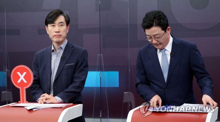 Der ehemalige Gesetzgeber Seung-min Yoo und der Gesetzgeber Ha Tae-kyung, die Vertreter der Volksmacht sind, bereiten sich auf eine Debatte während der ersten Rundfunkdebatte der Kandidaten für die 20. Präsidentschaftswahl vor, die im TV Chosun Studio in Jung-gu, Seoul am der 16. des letzten Monats.  /Foto = Yonhap News