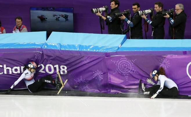 2018년 2월22일 강릉아이스아레나에서 평창동계올림픽 쇼트트랙 여자 1,000m 결승전 중 심석희(3번)와 최민정(6번)이 충돌해 넘어지고 있다. [이미지출처=연합뉴스]