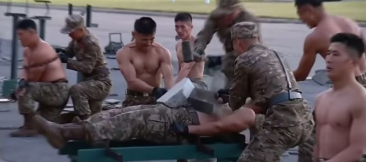 북한 국방발전전람회 '자위-2021' 개막식 행사 당시 북한군이 펼친 무술 시연 / 사진='스카이' 뉴스 유튜브 영상 캡처