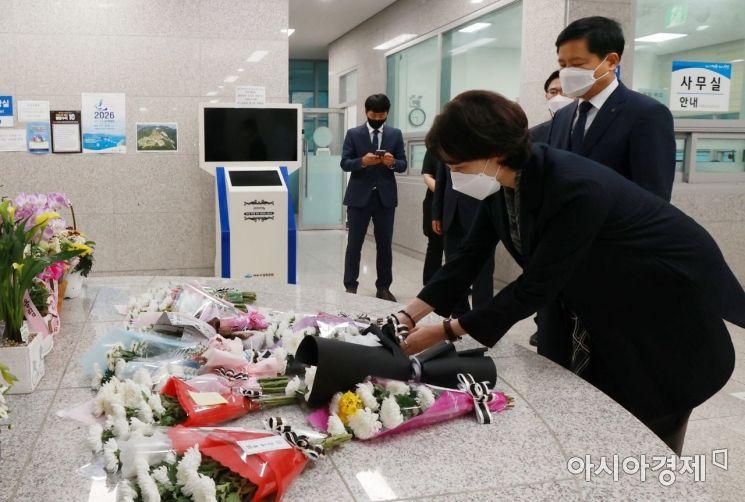 유은혜 부총리 겸 교육부장관은 13일 여수 추모의 집을 방문하해 현장실습 도중 사망한 홍 군을 추모하고 유가족에게 애도를 표했다.