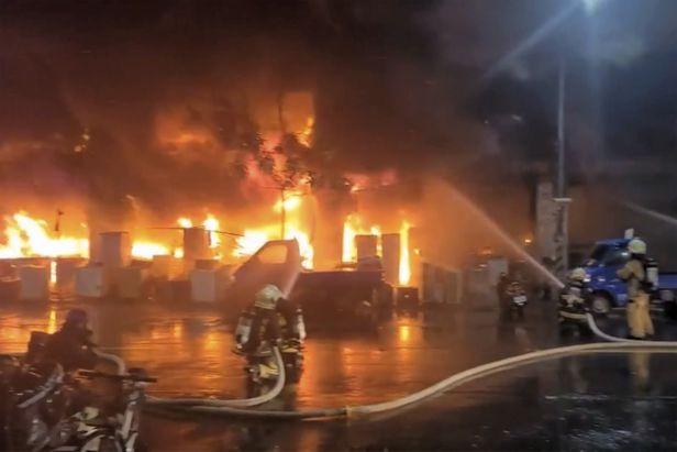 14일 새벽 대만 가오슝 옌청취에서 13층 건물 화재로 46명이 숨지고 41명이 다쳤다./AP연합뉴스