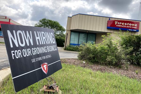 미국의 지난주 신규 실업수당 청구가 30만 건 미만으로 줄어 팬데믹 이후 최저치를 기록했다. 사진은 일리노이주 알링턴 하이츠의 구인광고. 사진 = AP/연합