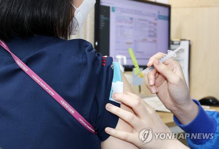 충주에서 기저질환 없이 건강했던 20대 여성이 백신 2차 접종을 맞고 19일 뒤 사망한 채 발견돼 보건당국이 사망 원인 조사에 나섰다. 사진은 기사 중 특정표현과 관계없음. [이미지출처=연합뉴스]