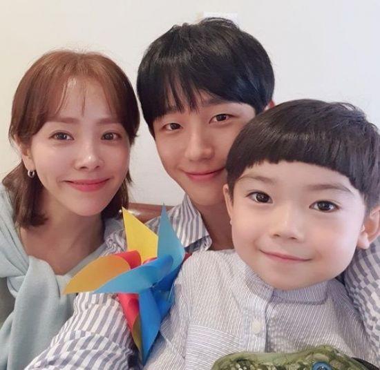 '셀카장인' 한지민과 미남 배우들