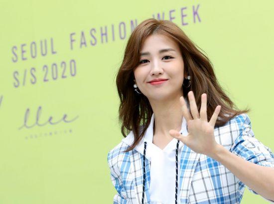 배우 박하선이 18일 서울 중구 동대문디자인플라자(DDP)에서 열린 '2020 S/S 서울패션위크(2020 S/S Seoul Fashion Week)' 엘엘이이(LLEE) 패션쇼 컬렉션에 참석하고 있다.