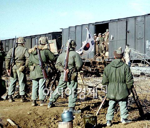 한국전쟁 당시 북한에 전쟁포로로 억류돼 있다가 중공군과 교환돼 열차를 타고 한국으로 송환된 국군 포로들을 미군이 맞이하고 있다. 사진은 한국전에 유엔군으로 참전했던 미국인 제임스 엥퍼(72)씨가 지난 2004년 6월 서울 동방사회복지회에 기증한 100장의 컬러사진 중 1장이다.