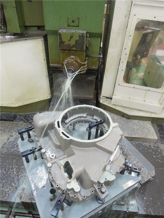 대형공작기계(CNC머신)은 입력된 수치에 따라 움직이며 변속기를 정밀하게 깎고 다듬는 용도로 사용된다.