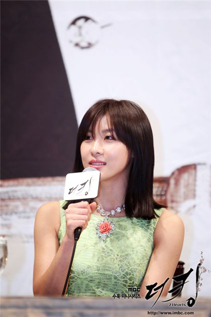 """Ha Ji-won hopes to figure out meaning of marriage through chracter in """"The King 2Hearts"""""""